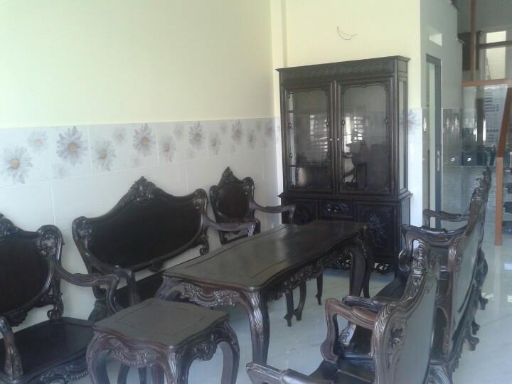 Bộ Luois Gỗ Gụ Mật và Tủ Bày Gốm Sứ sau khi đã được kê vào phòng khách .