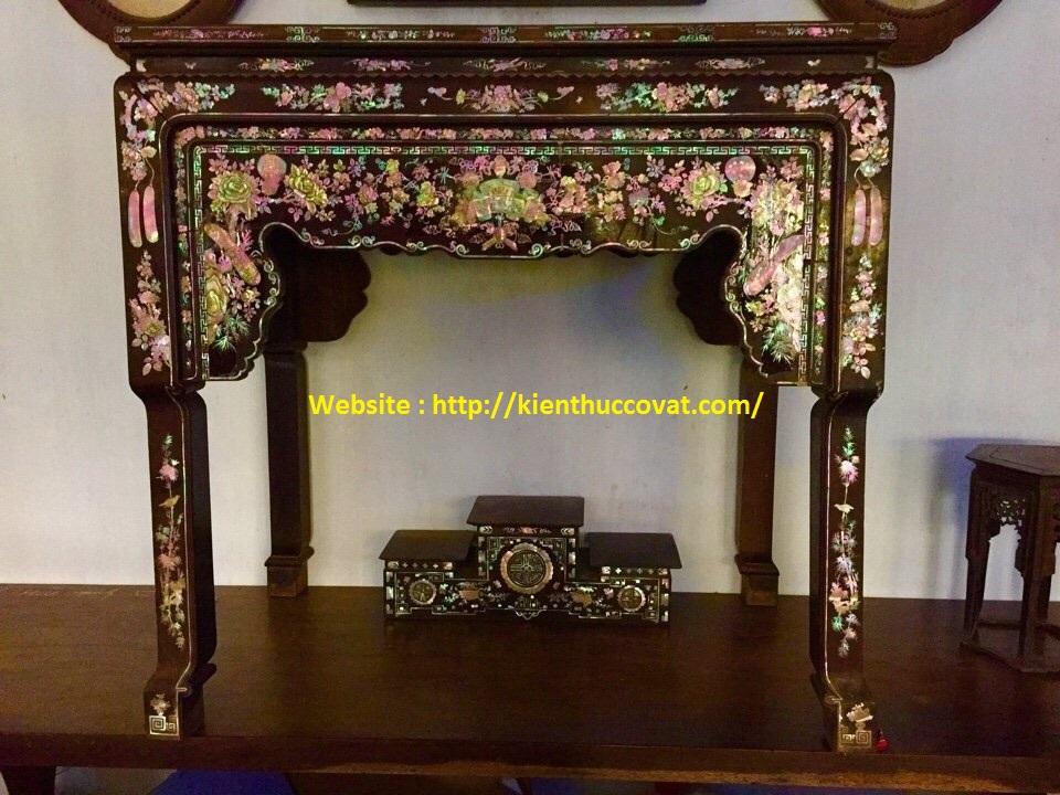 Bàn thờ nhỏ ( ghế ghi thờ ) khảm ốc , được đặt trước hoặc 2 bên tủ thờ của văn hóa Nam Bộ , rất độc đáo .